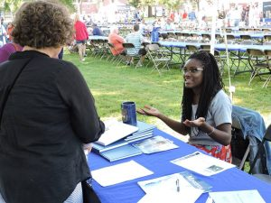 Honors Associate Noelle Leon-Palmer explains the Honors program to prospective students and parents.